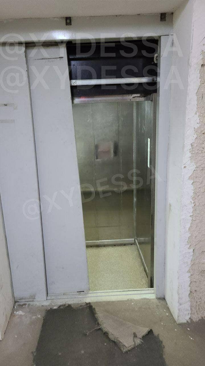 Кабина лифта полетела вниз лифтовой шахты