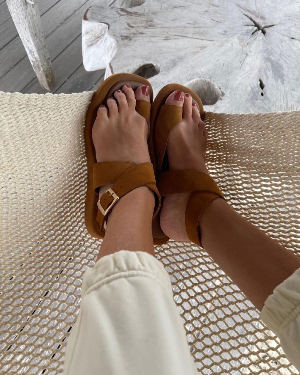 Сандалии с с тонкими ремешками актуальны этим летом.