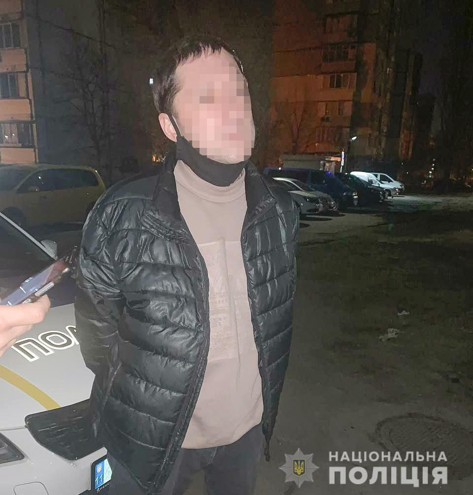 Після спроби вбивства товариша по чарці чоловік пограбував жінку.