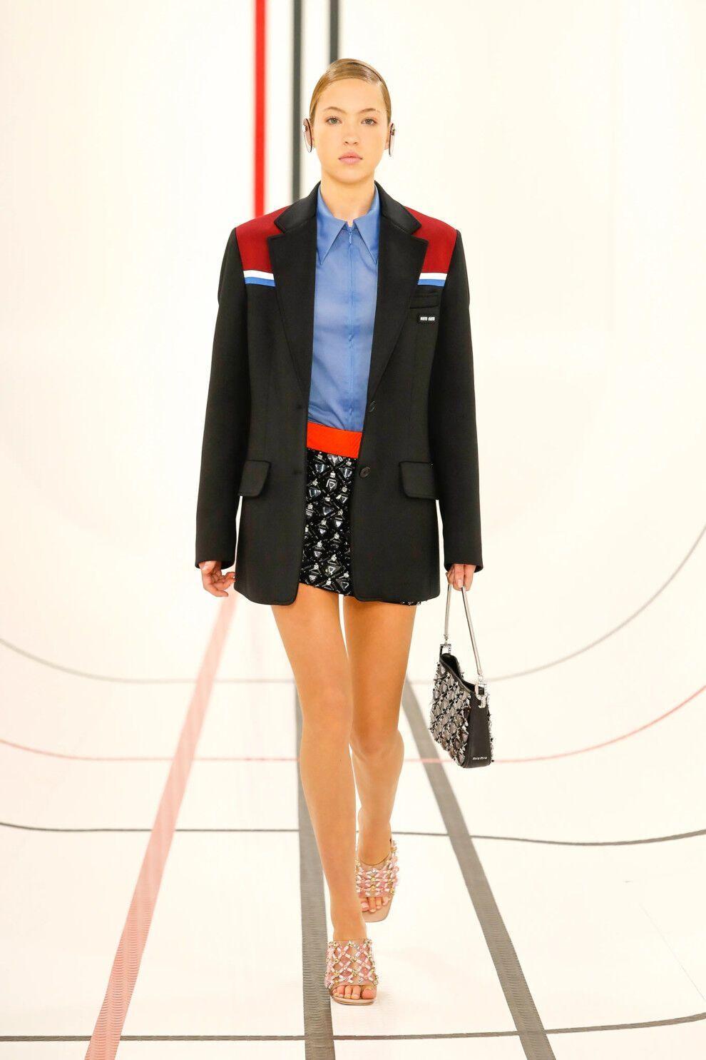 Короткие юбки снова в моде