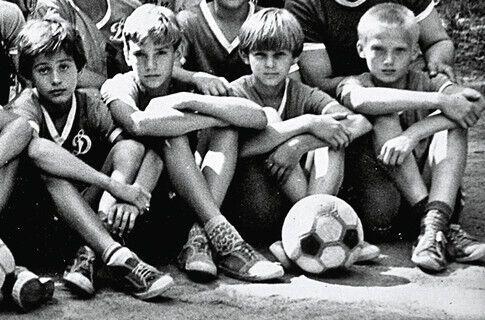 Андрей Шевченко (второй слева)