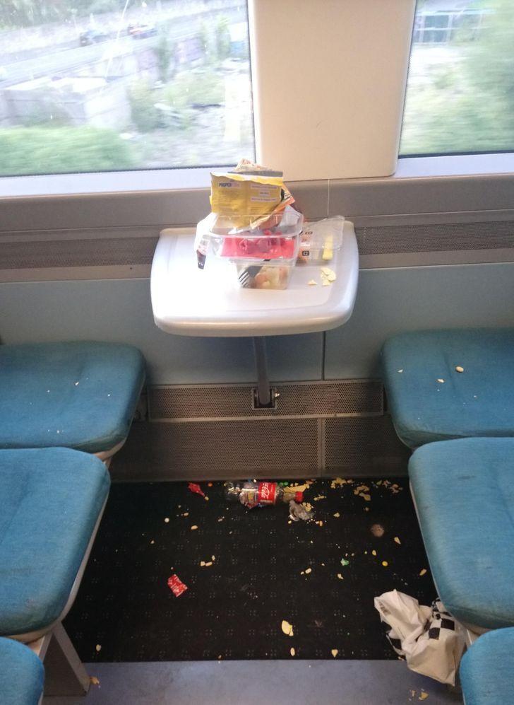Таку картину бачив кожен, хто часто хздить в громадському транспорті