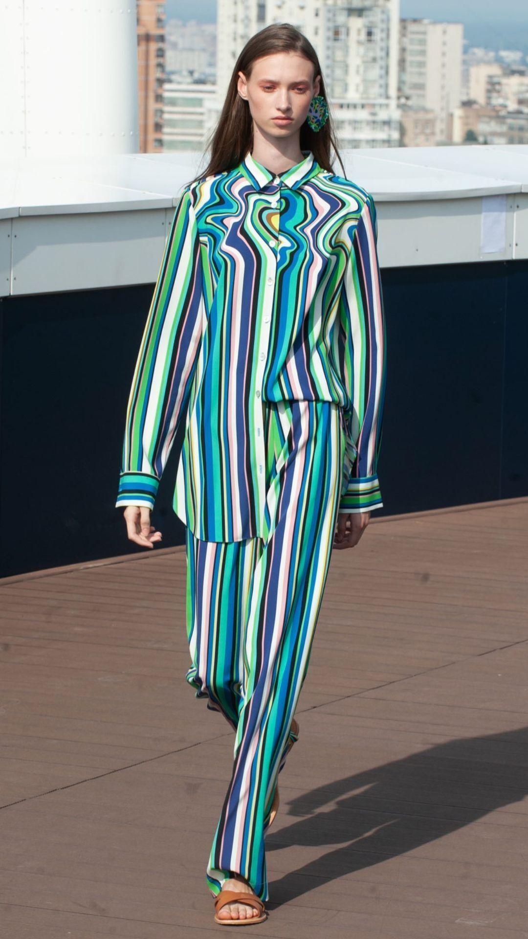 Стильный костюм в разноцветную полоску