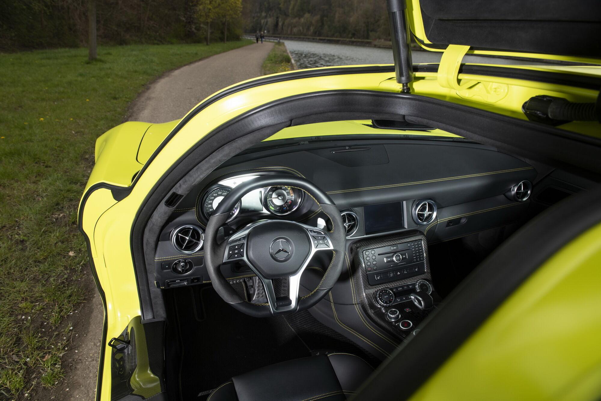 Салон Mercedes-Benz SLS AMG Coupe Electric Drive