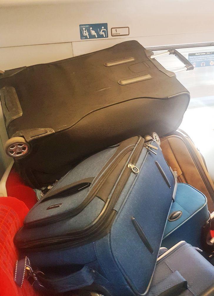 Хтось поставив валізи на місця для людей з інвалідністю