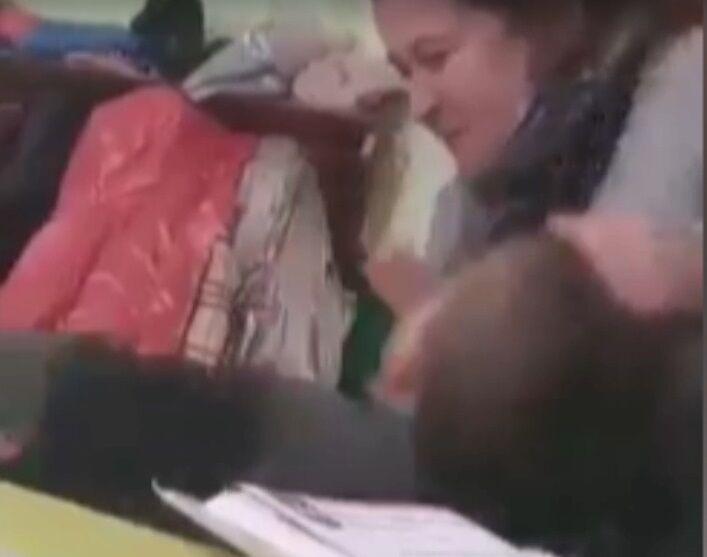 Вчителька смикала хлопчика за волосся.