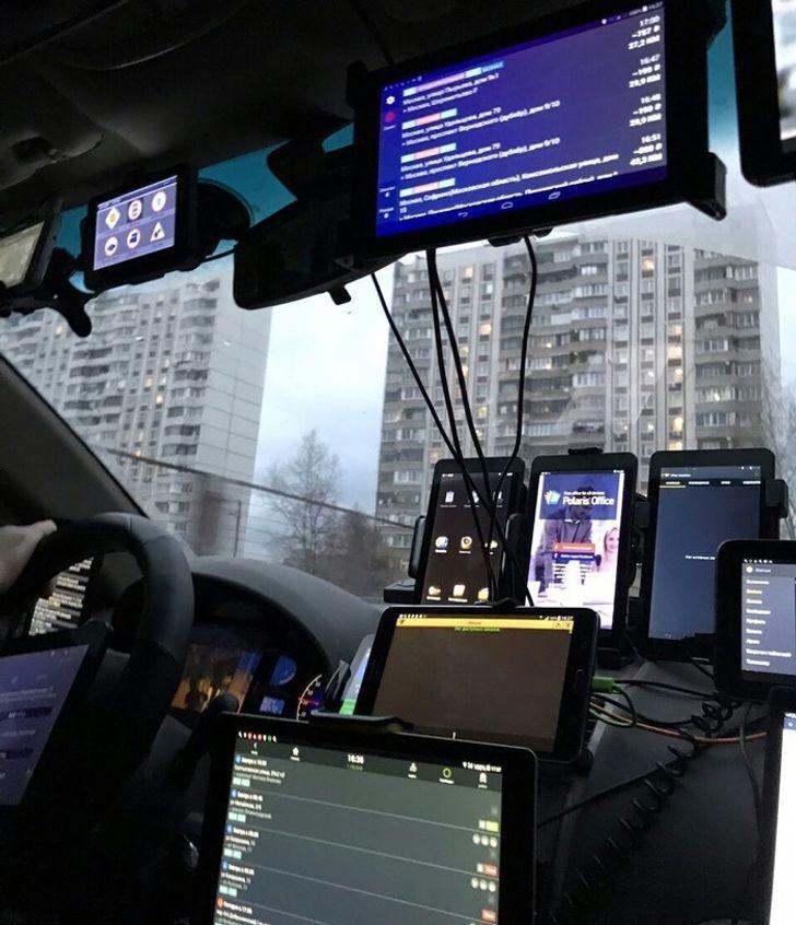 Таксист підпрацьовує в магазині техніки.