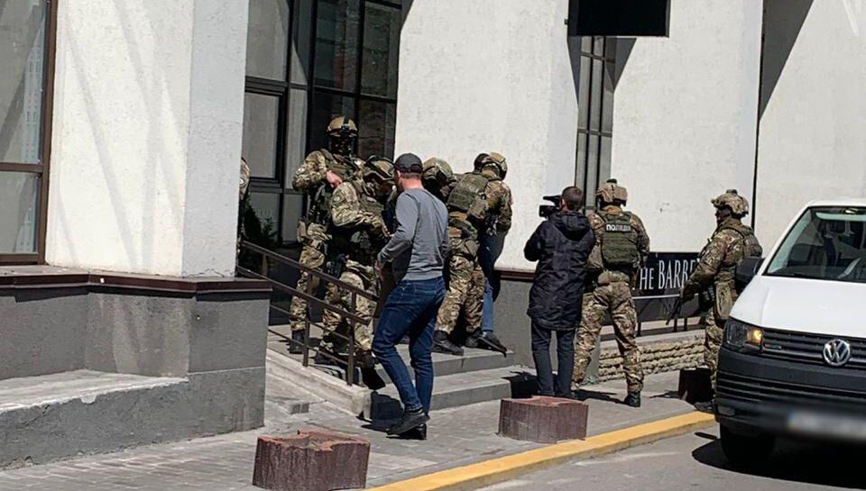 Підозрюваних затримали в центрі Києва.