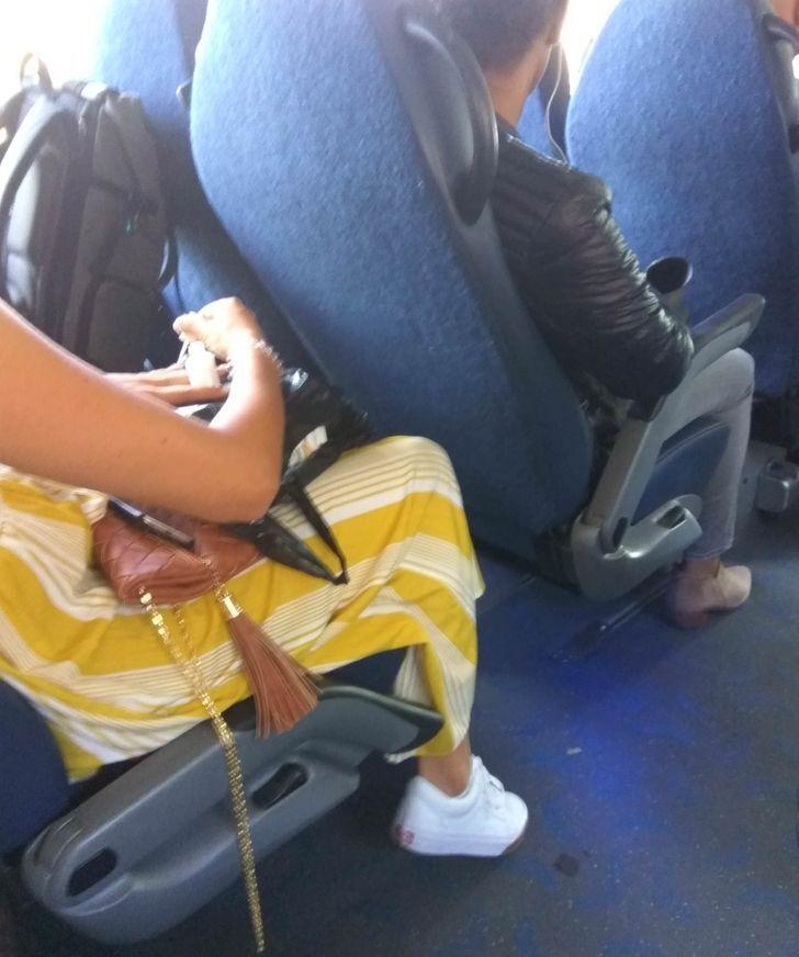 Дівчина робила манікюр в автобусі