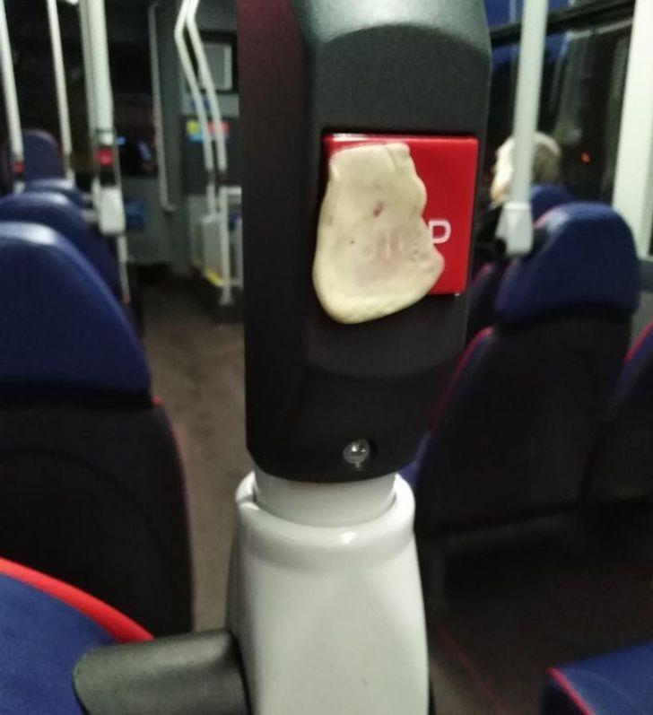 Пасажири всюди ліплять жувальні гумки