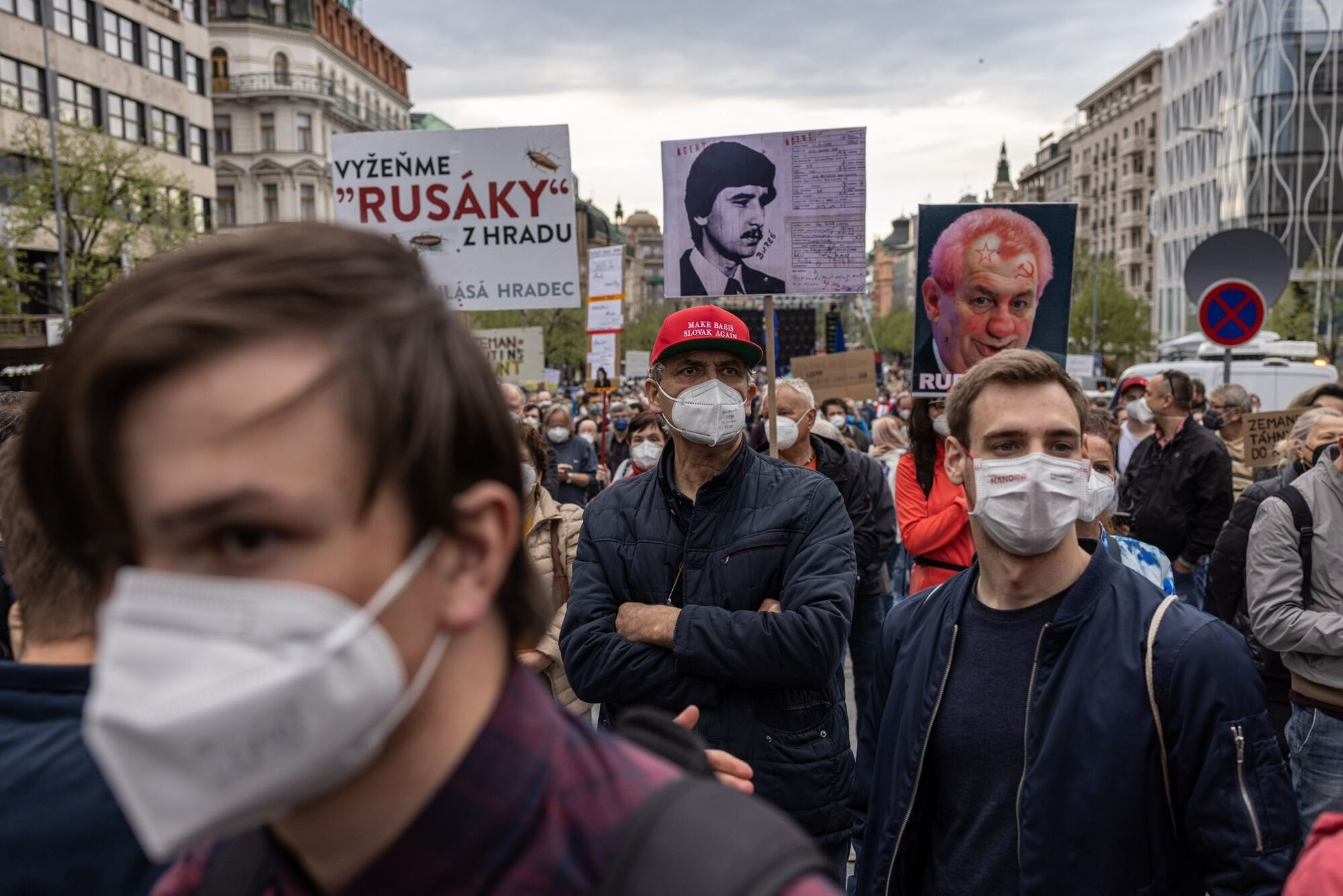 Люди вышли на улицы Праги с плакатами
