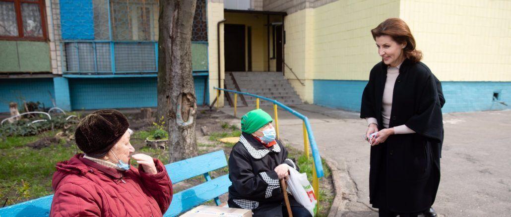 Марина Порошенко передала мешканцям столичного Лісового масиву продуктові набори
