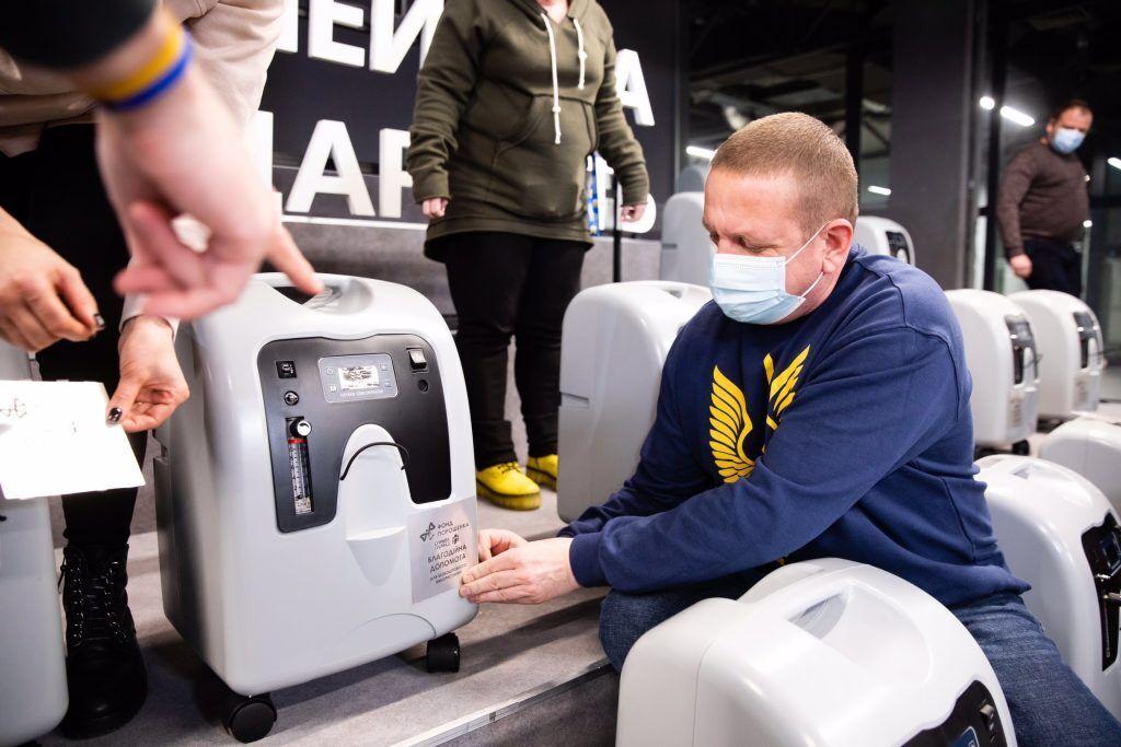 Фонд разом з волонтерами передає в лікарні та амбулаторії кисневі концентратори