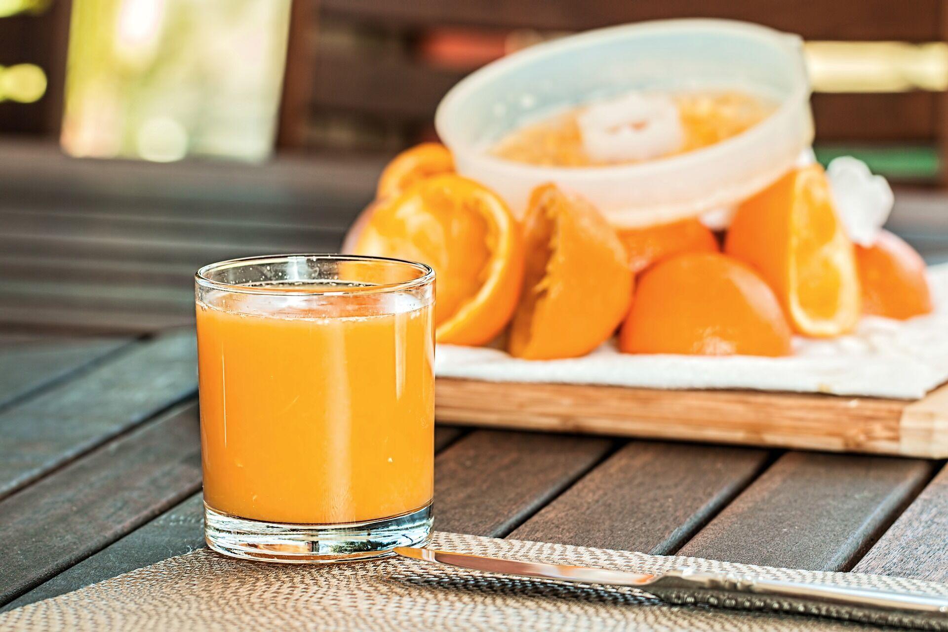 В соках много сахара, поэтому лучше есть фрукты