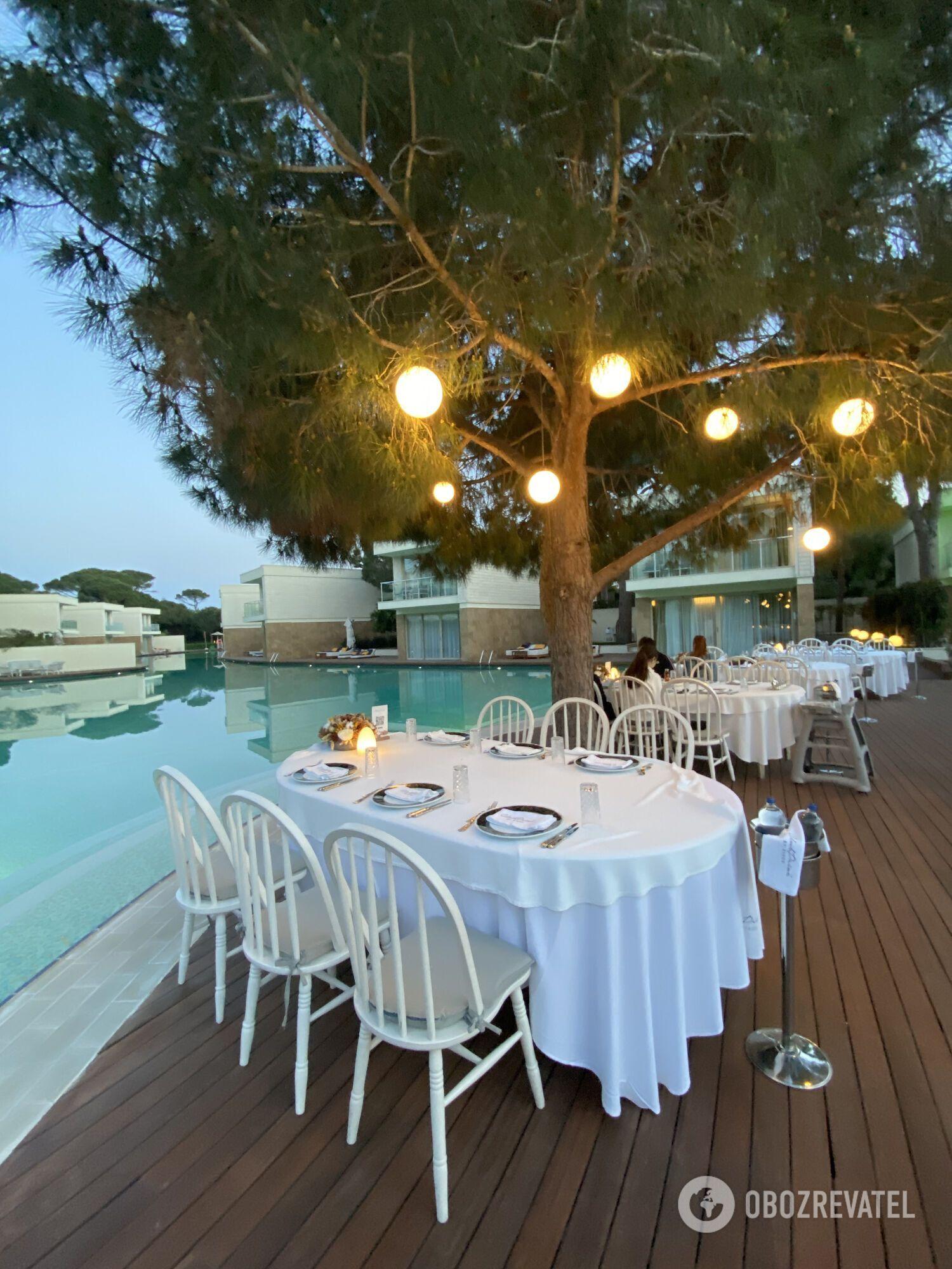 Ресторан Club House. Специализируется на органической кухне и морепродуктах.