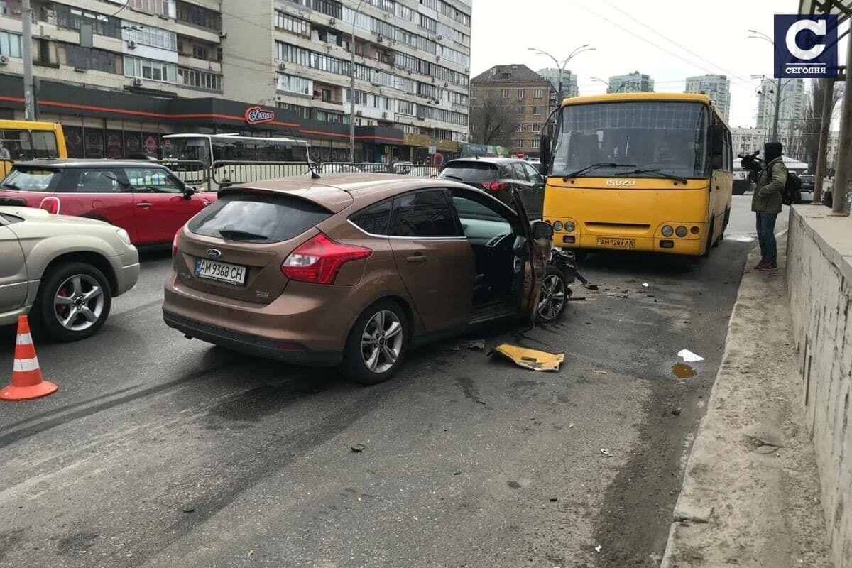 В Киеве произошло тройное ДТП с участием маршрутки.