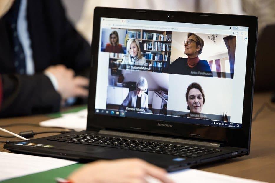 Зеленская провела видеоконференцию.