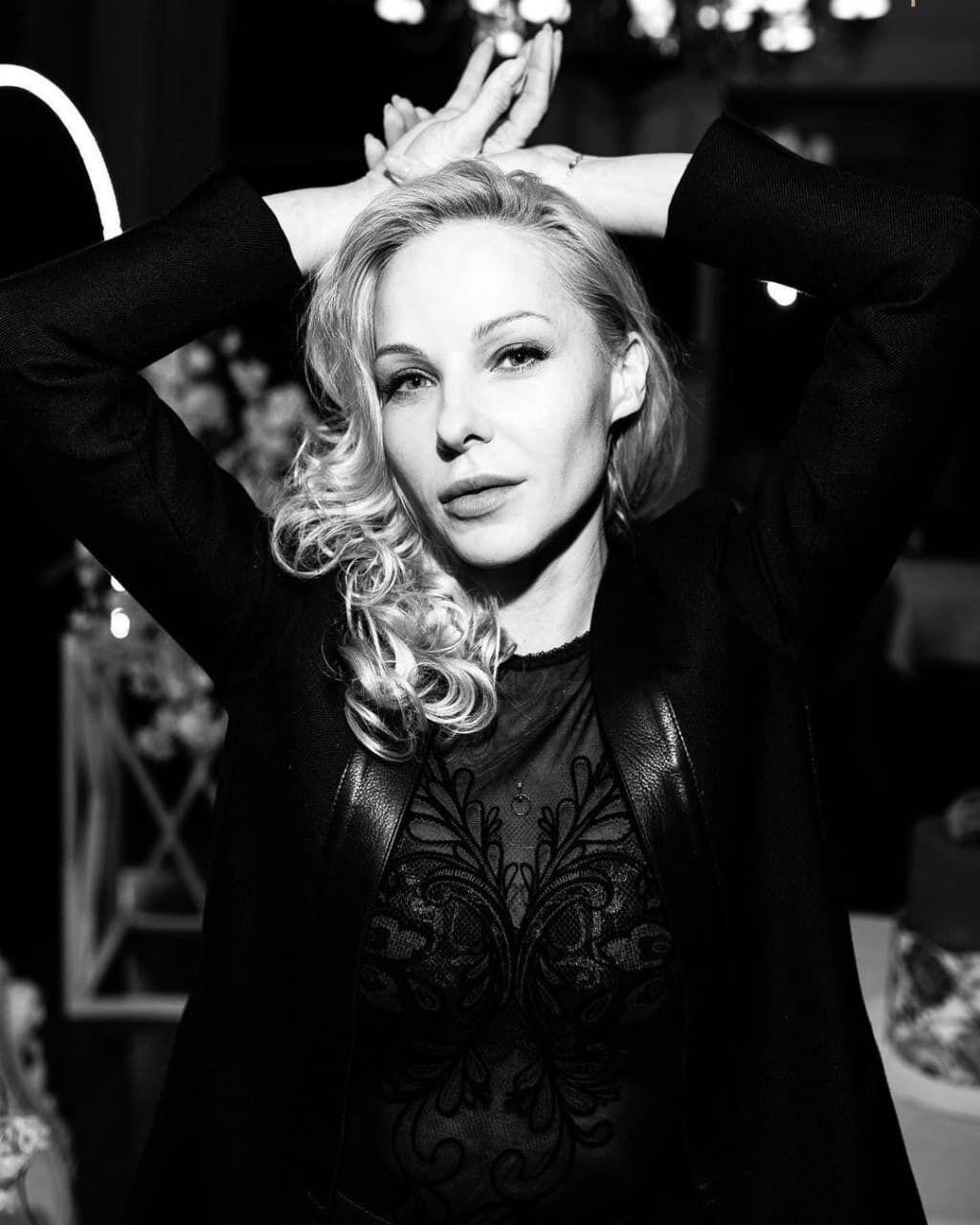 Даша Трегубова позировала на черно-белом фото.