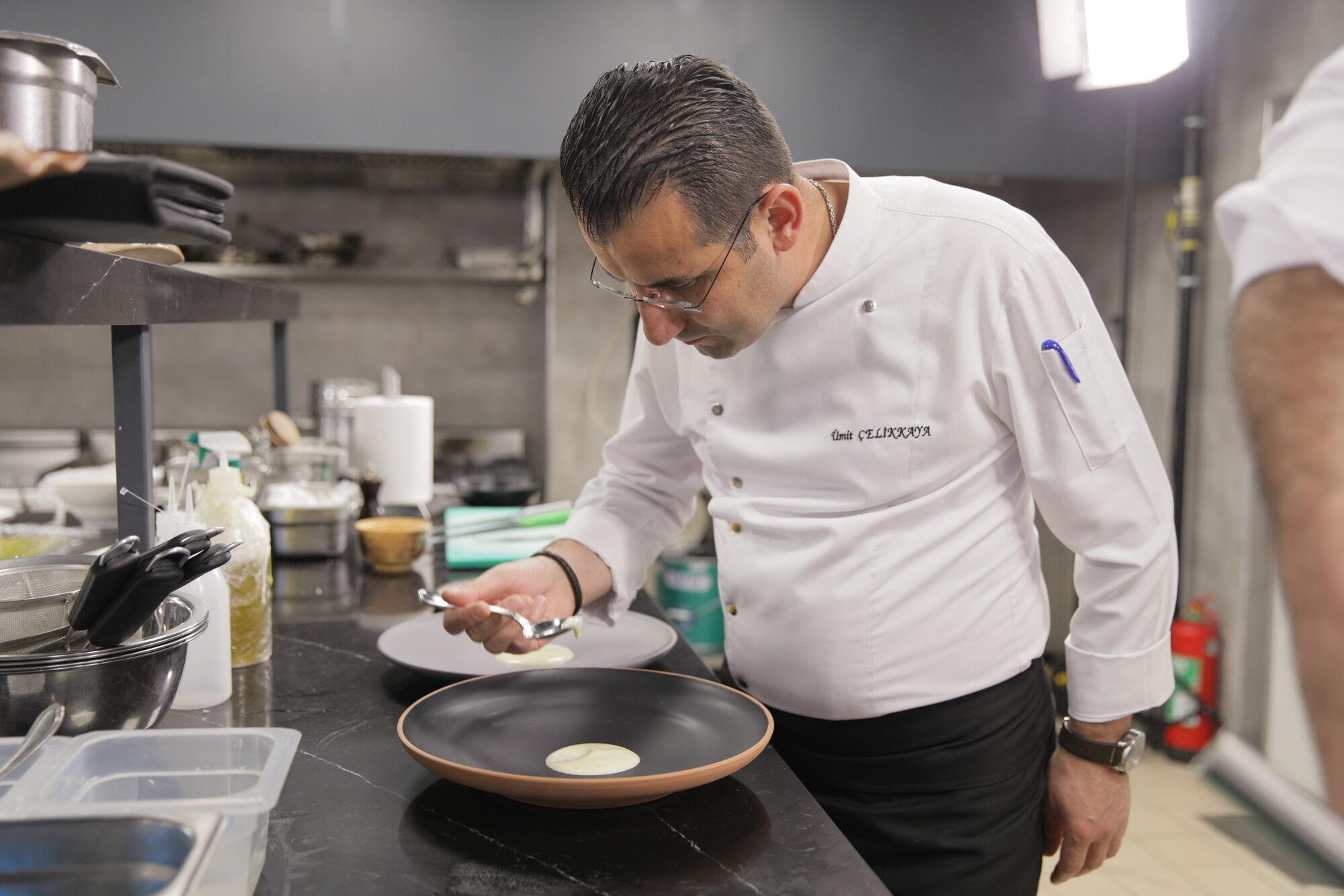 Шеф-повар Rixos Premium Belek Умит Челиккая готовит одно из блюд битвы.