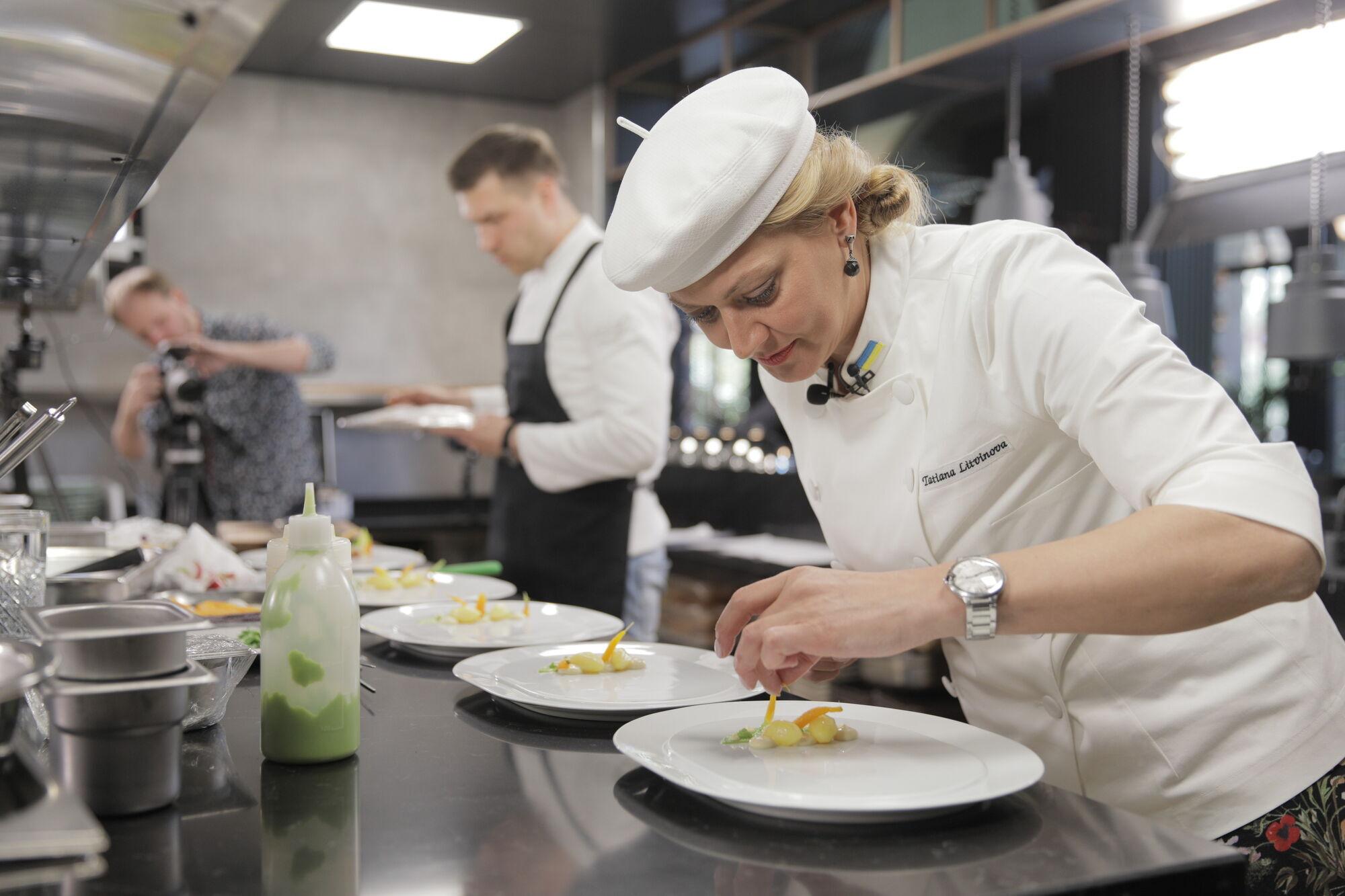 Татьяна Литвинова колдует над блюдом битвы.