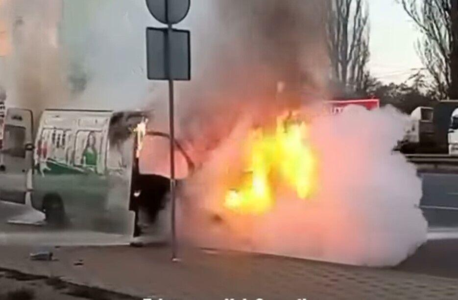 Автобус загорелся во время движения.