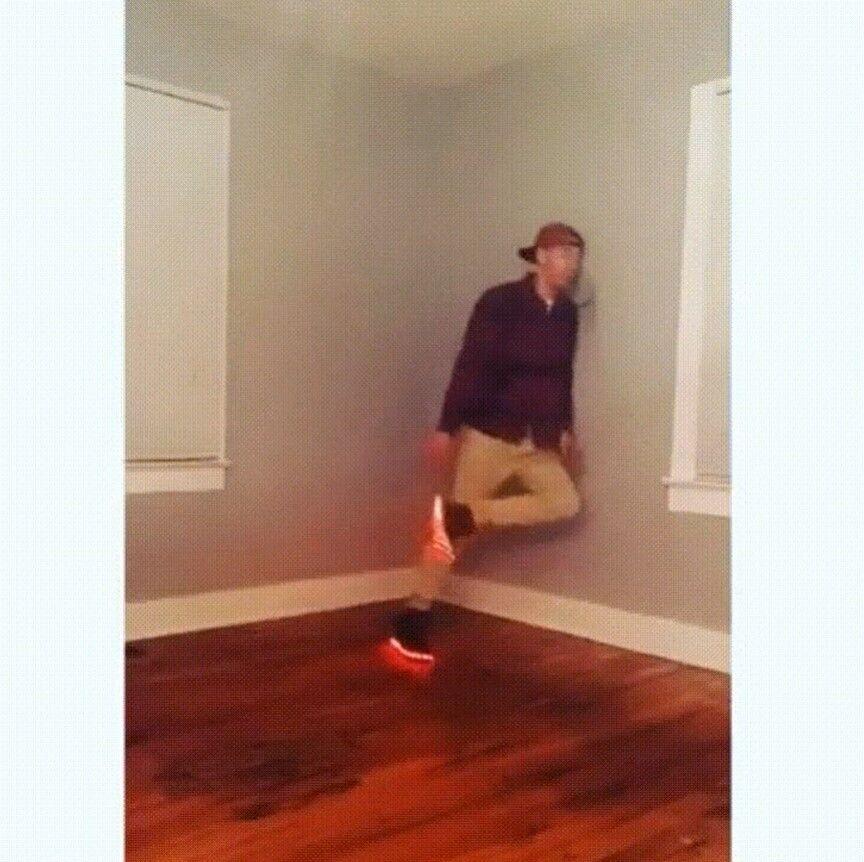 Парень показывает танец