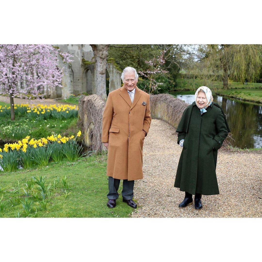 Єлизавета II і принц Чарльз відображені під час прогулянки по садах.