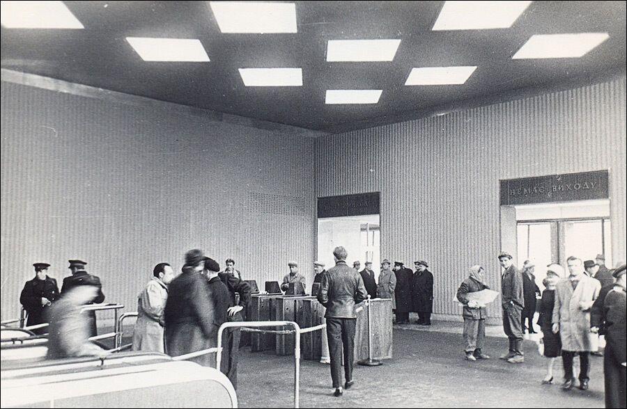 Эскалаторный зал станции в старом оформлении.