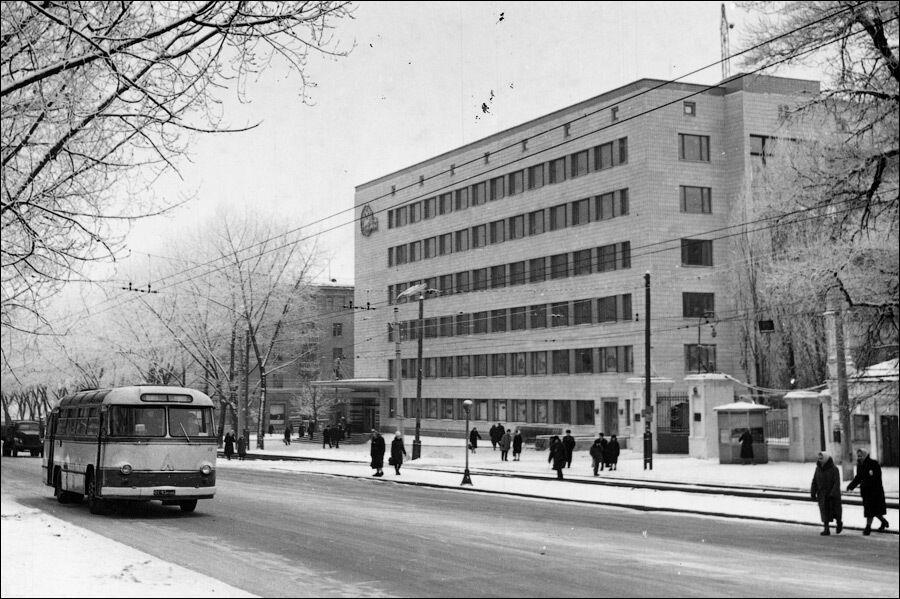 Здание управления метрополитена, в котором располагается вестибюль станции.