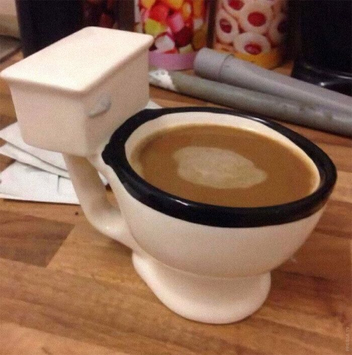 Чашка в форме унитаза.