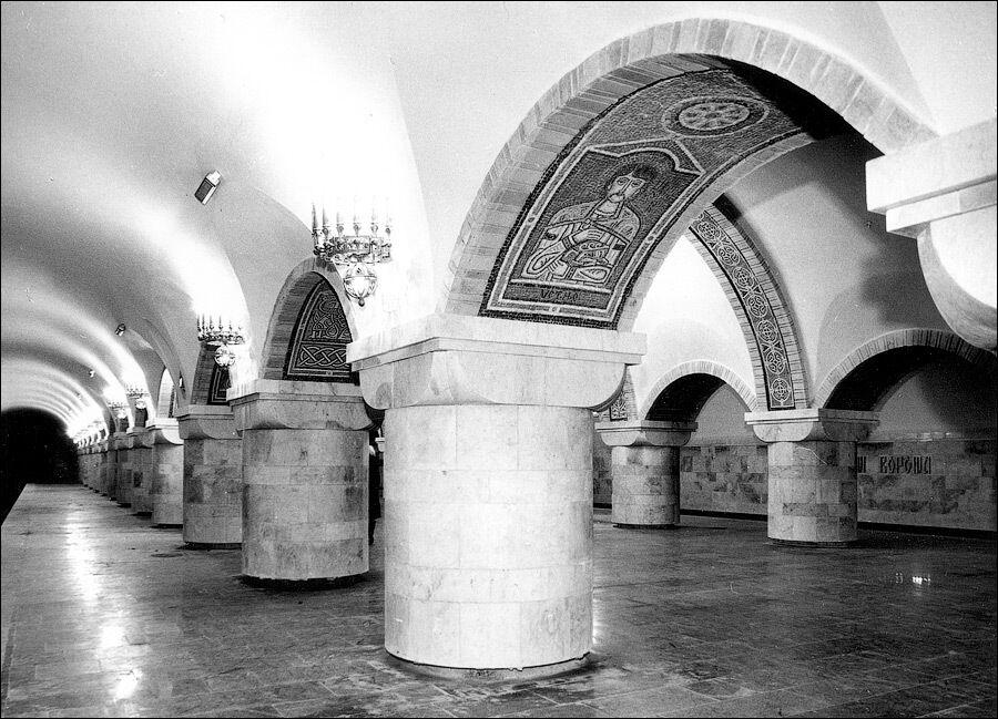 На станцію приїжджають помилуватися оформленням та численними мозаїками.