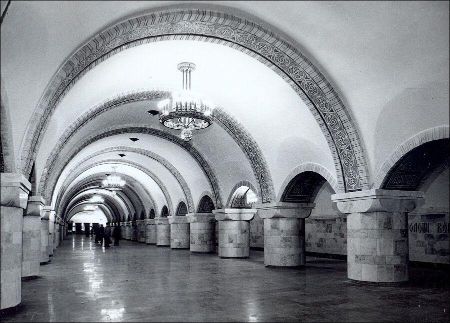 Люстри повісили після відкриття станції.