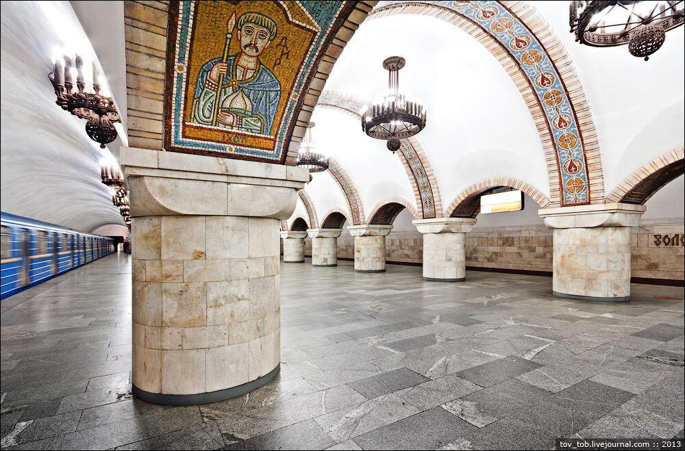 Усередині арок розміщено 38 подвійних мозаїк.