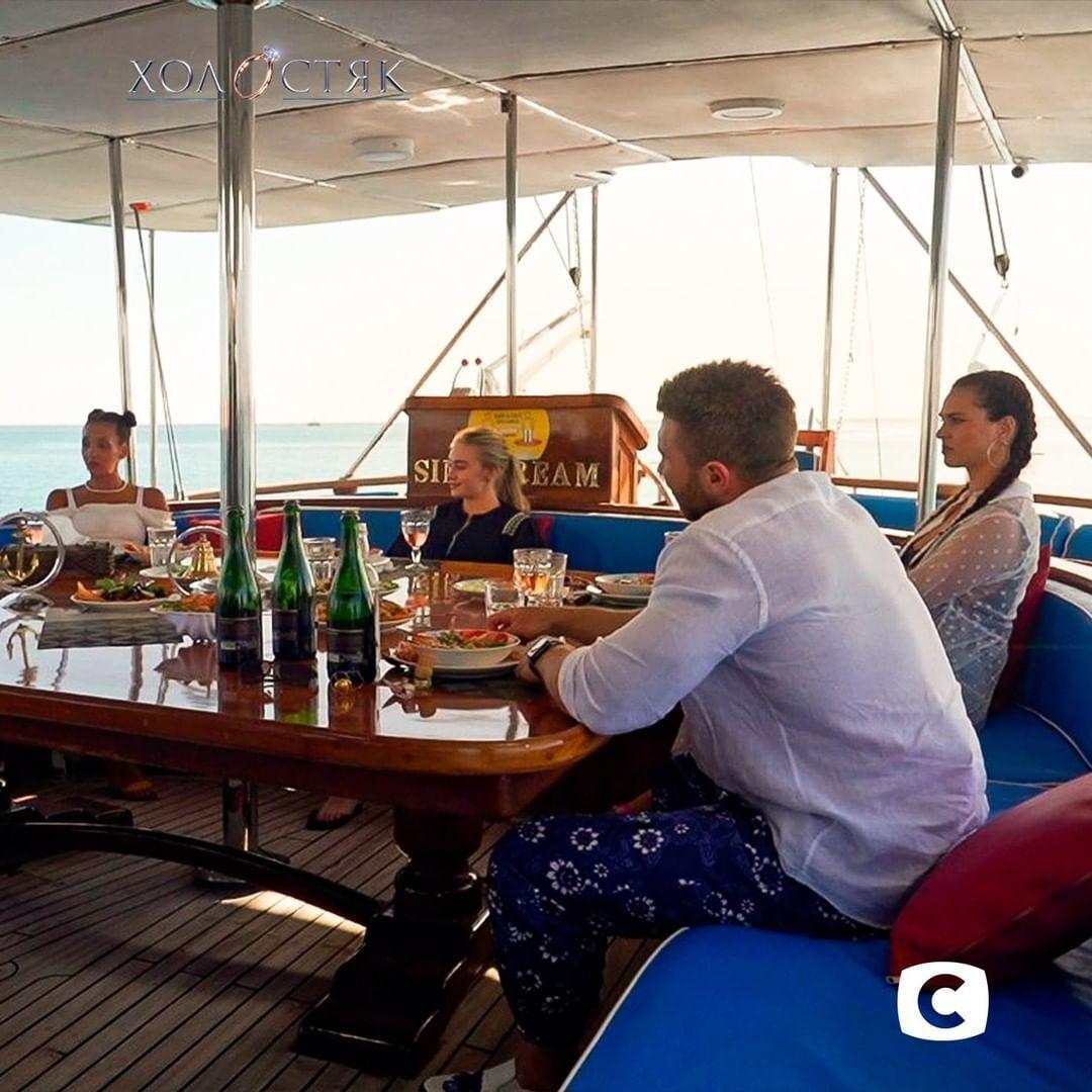 Свидание Михаила с участницами на яхте.