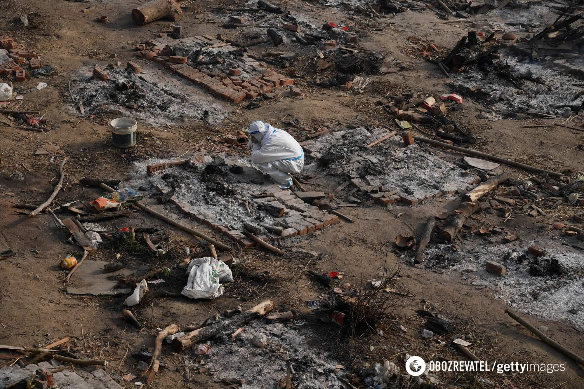 Похоронні вогнища в Індії, на яких спалюють тіла людей, що померли від коронавірусу