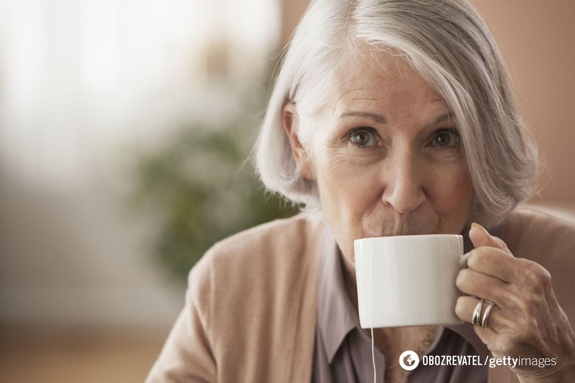 Пожилым людям стоит пить чай только между приемами пищи