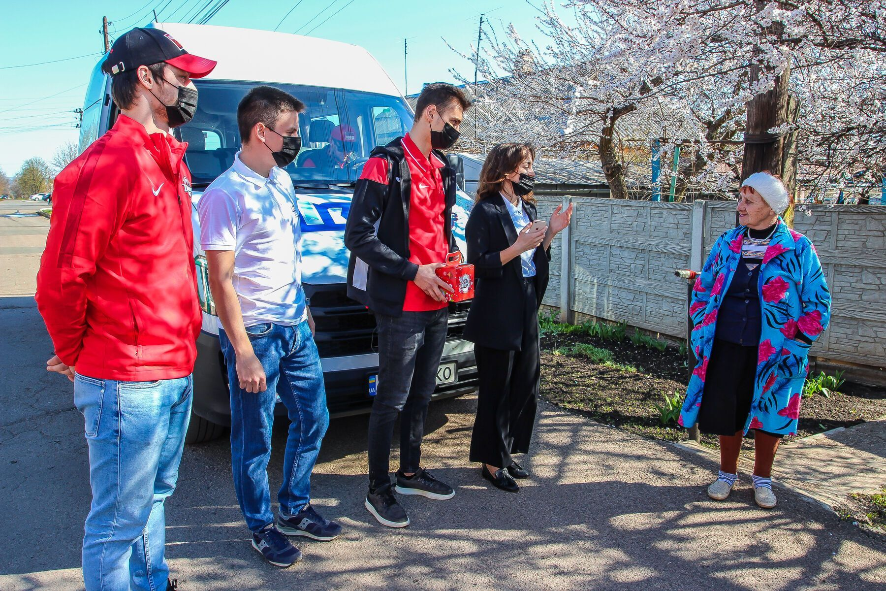 Благотворители и спортсмены вручили 1200 пасок пожилым, сиротам и людям с инвалидностью Донетчины