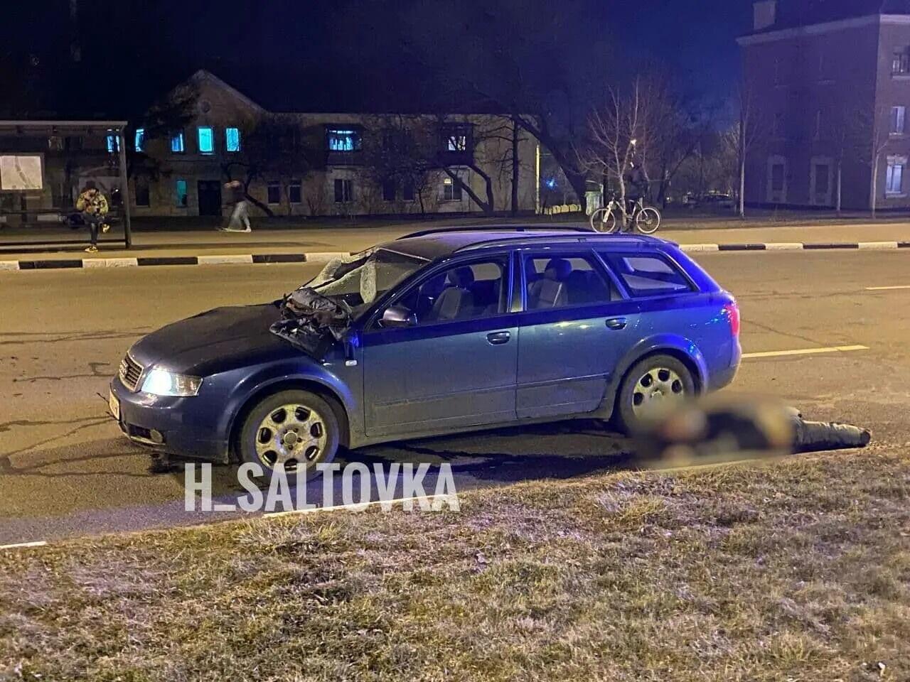 Машина протягнула поліцейського 50 метрів.