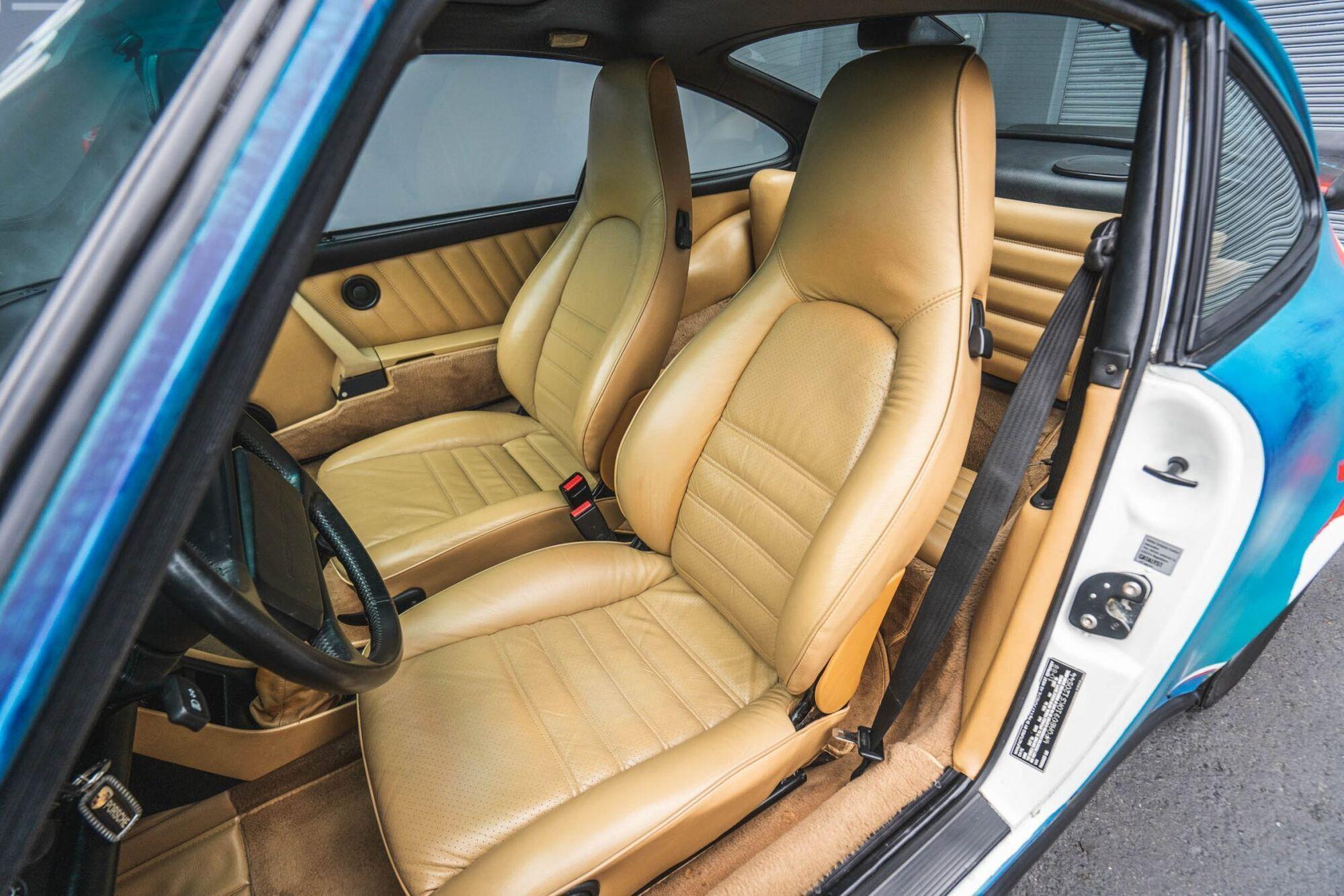 Интерьер автомобиля отделан бежевой кожей, а комфорт в дороге обеспечат кондиционер и аудиосистема Kenwood с CD-плеером