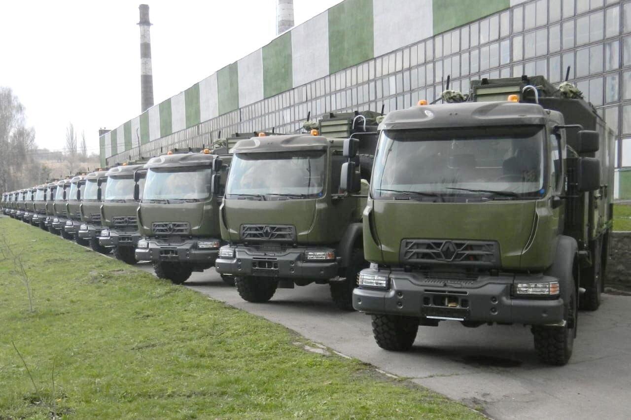 Партія нових вантажівок Renault готуються до відправки українським військовим зв'язківцям