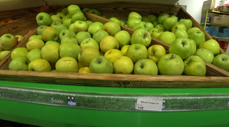 Яблоки по 102 рубля (42 грн).