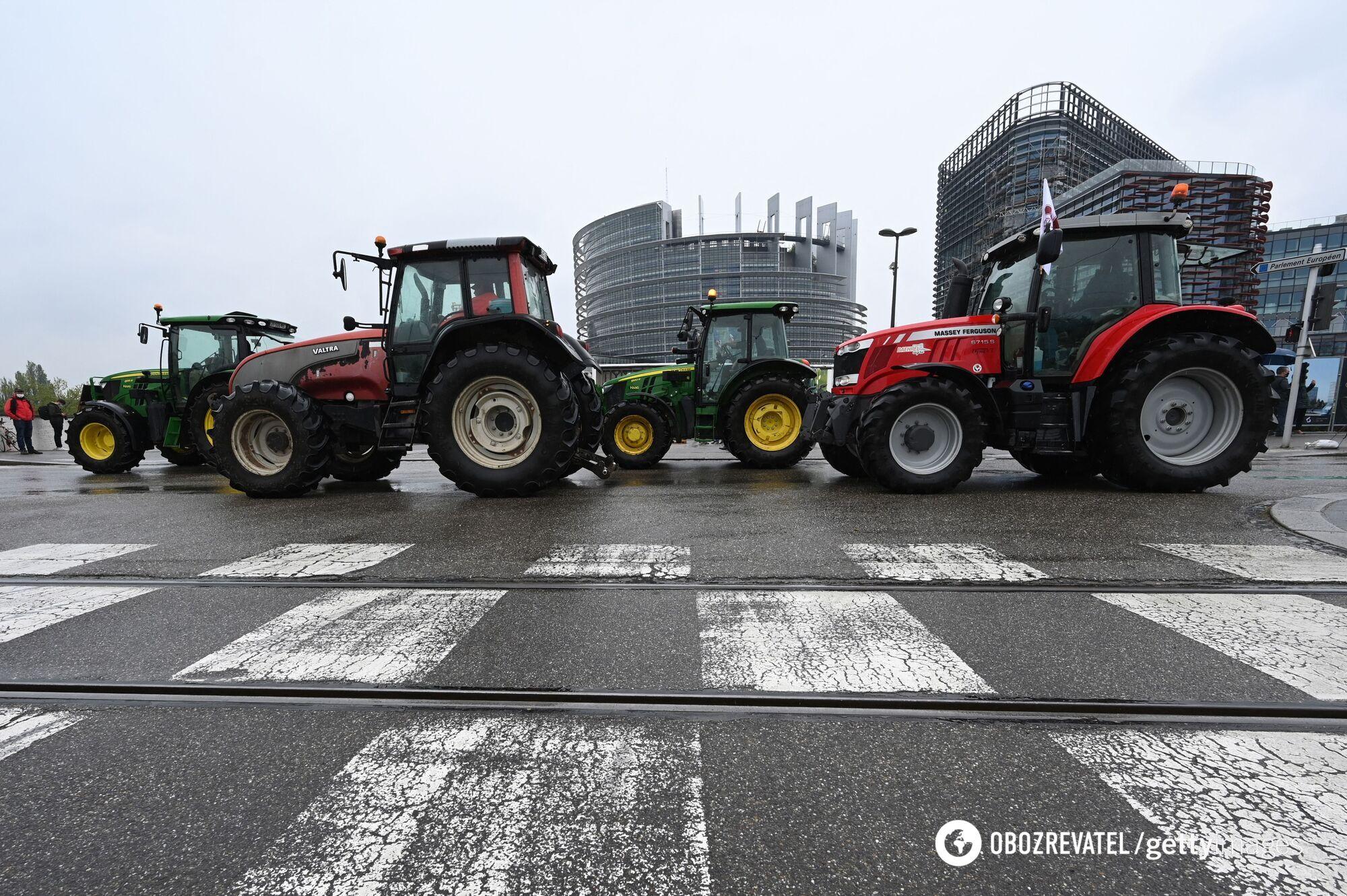 Колона тракторів заблокувала рух біля Європарламенту.