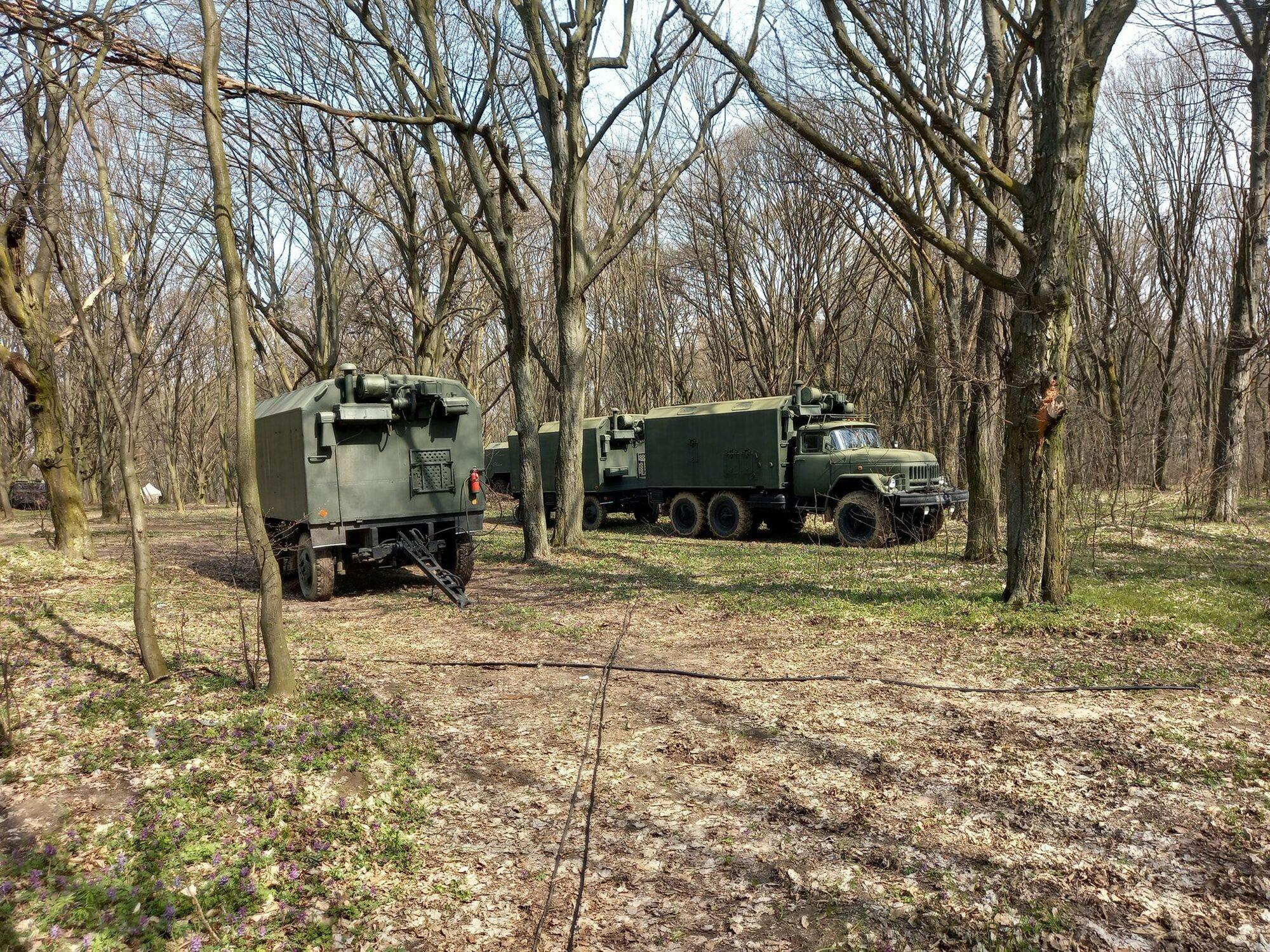 Кілька ЗІЛ-131 військ зв'язку