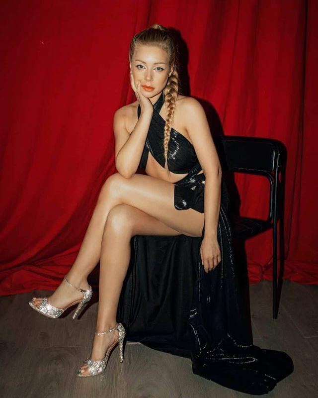 Тина Кароль показала длинные ноги в платье .