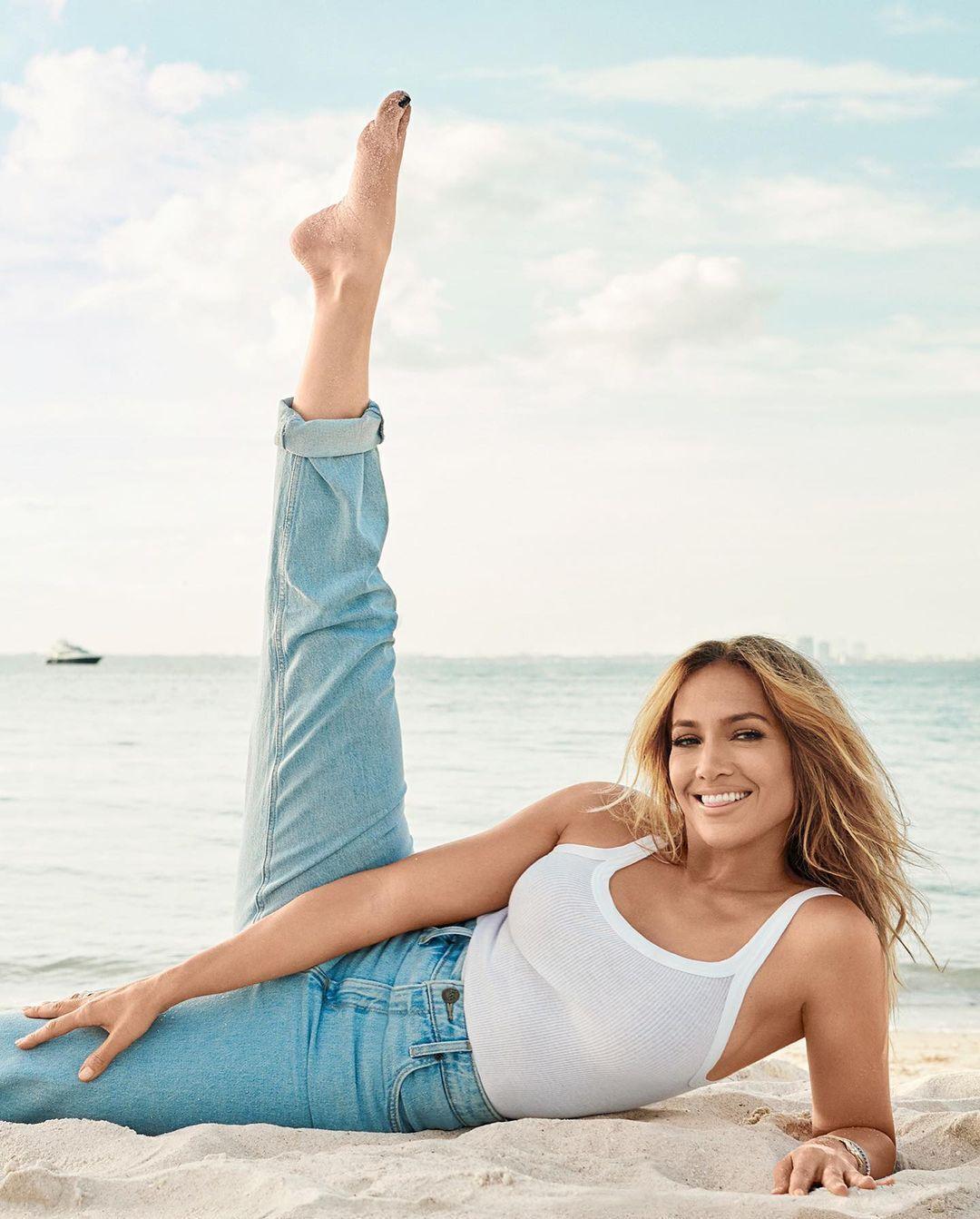 Лопес продемонстрировала образ в белой майке и классических голубых джинсах