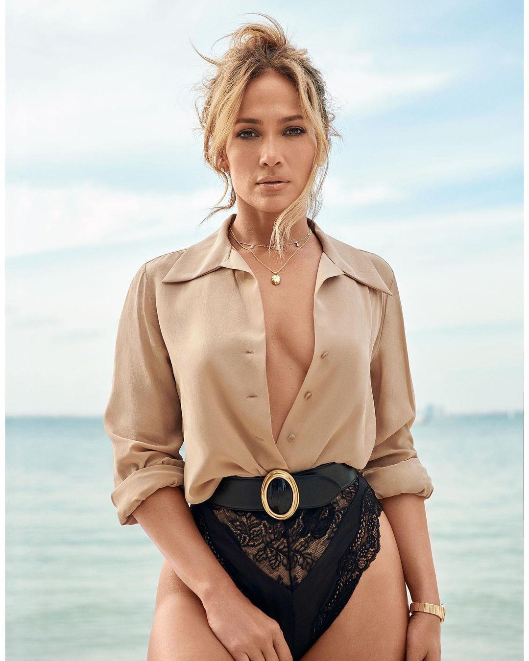 Также певица примерила рубашку песочного оттенка