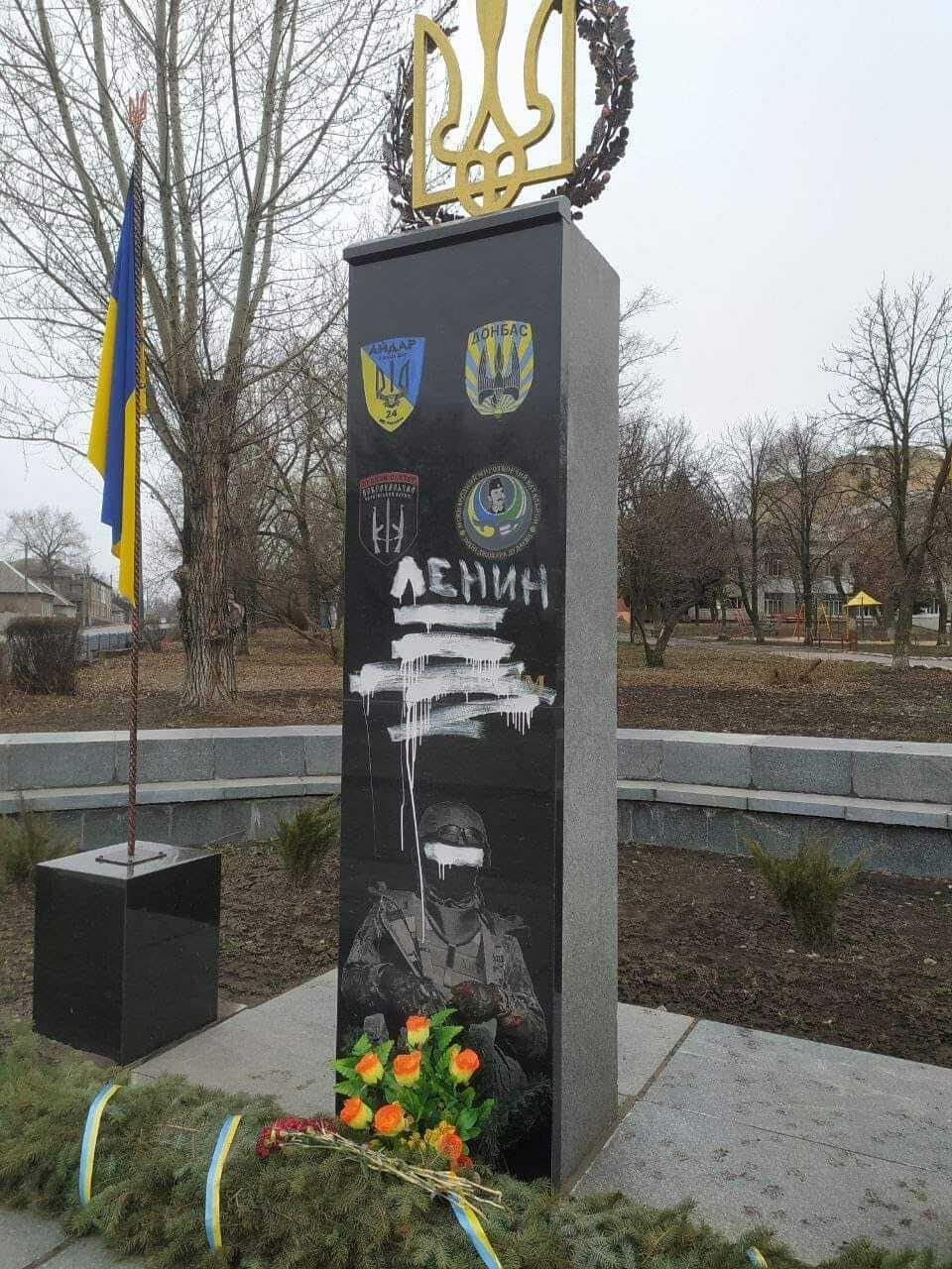 Вандалы осквернили памятник.