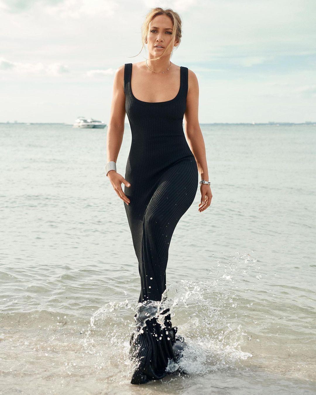 В новом выпуске журнала знаменитость также появится в черном облегающем платье
