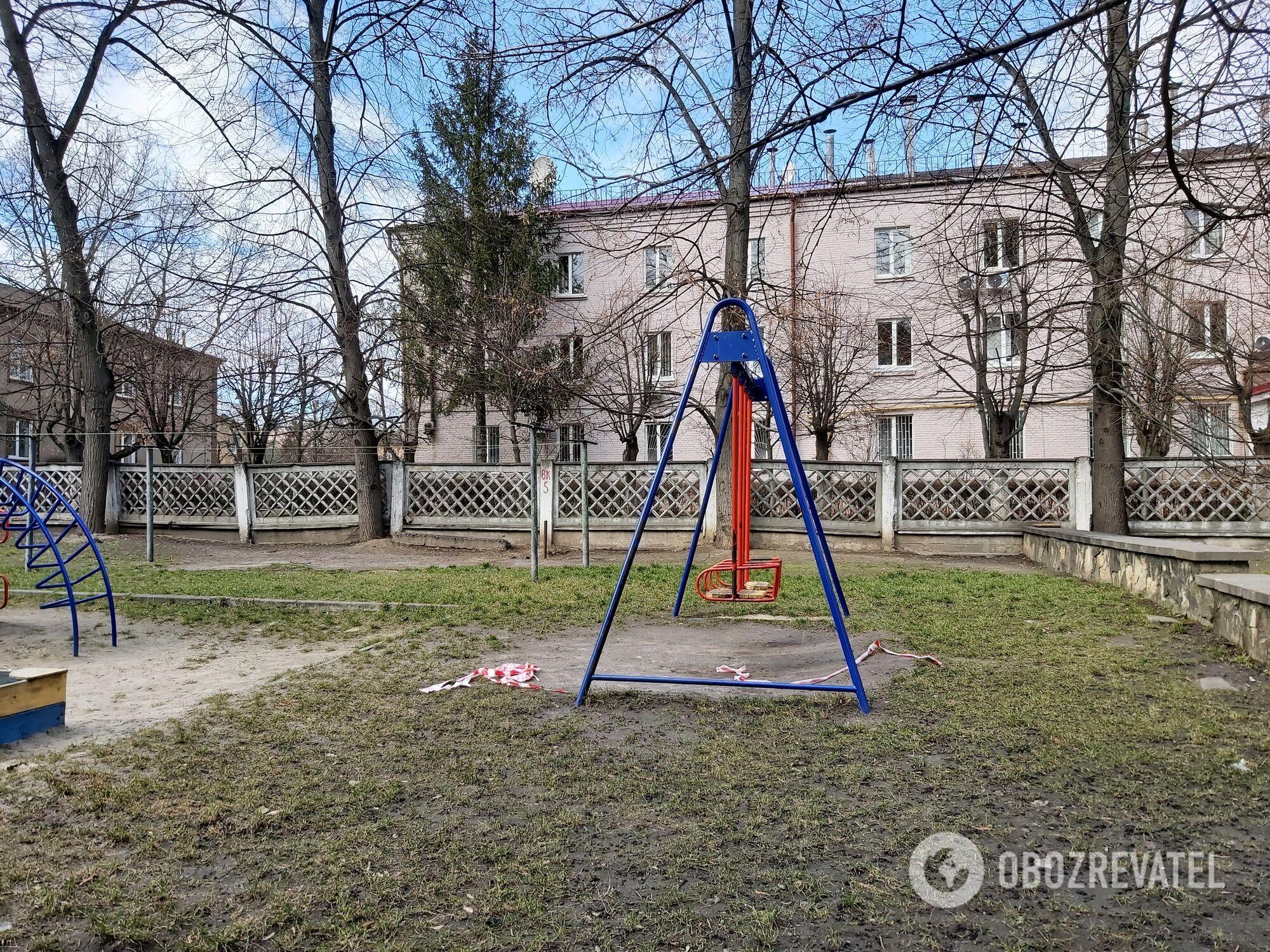 На детских площадках никого.