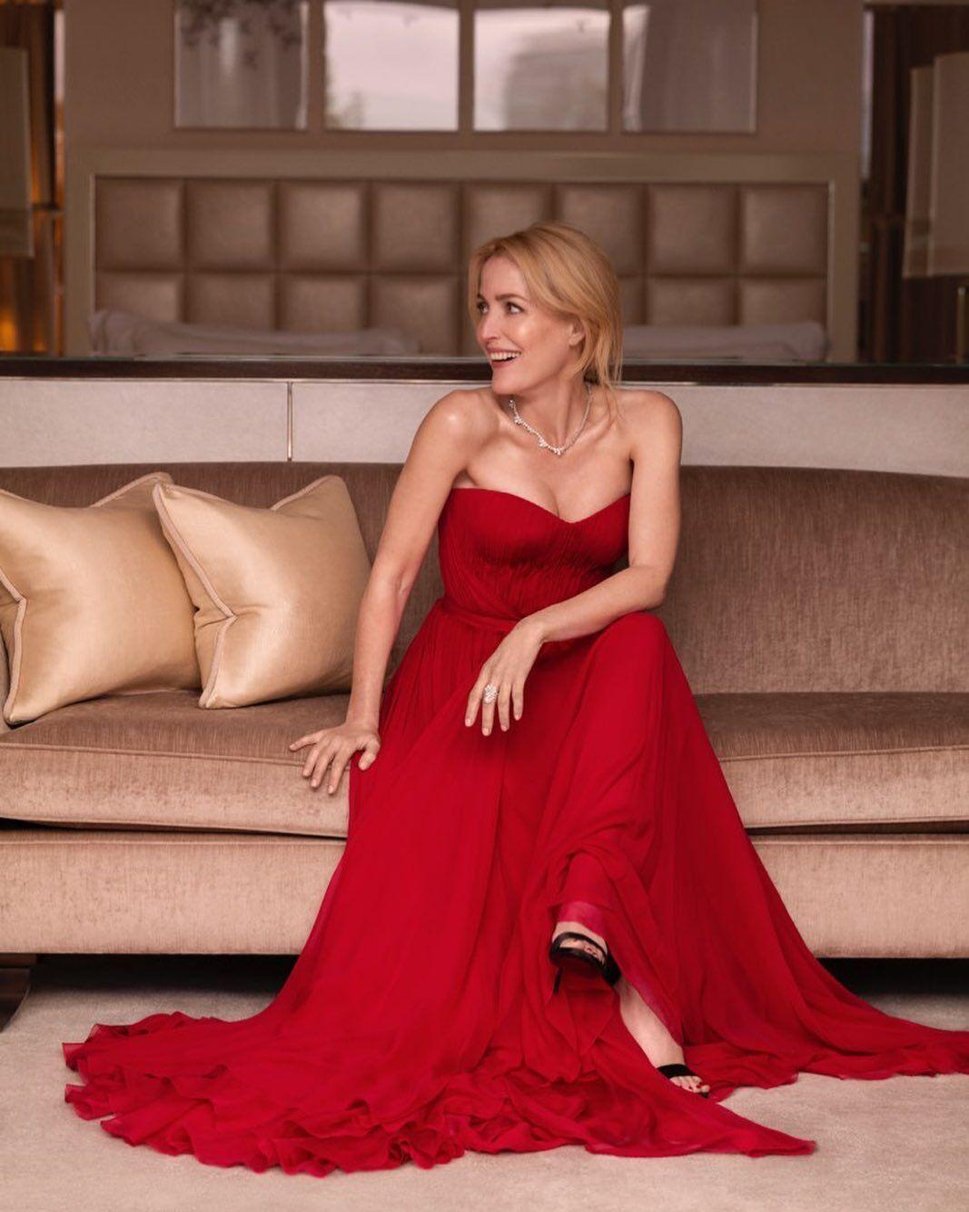 Джиллиан Андерсон выбрала эффектное красное платье.